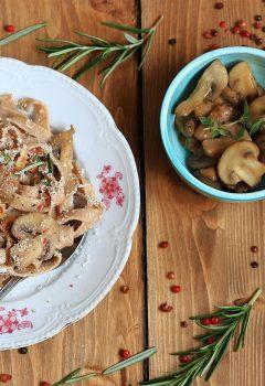 Tagliatelle alla canapa con funghi, castagne e nocciole
